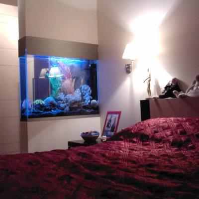 Fototapetenpapier auf dem Haartrockner in einem Schlafzimmer ...